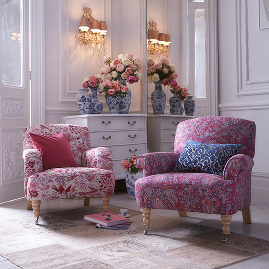 https://southbank.secure.media.ipcdigital.co.uk/96/00001b57a/ac02/White-living-room-with-floral-armchairs-housetohome.co.uk.jpg